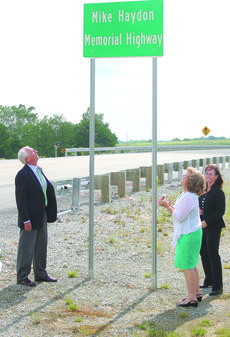 """<div class=""""source"""">Photo by Brandon Mattingly</div><div class=""""image-desc"""">Gov. Steve Beshear and Lisa Haydon, wife of Mike Haydon, admire the new road sign for the bypass from US-150 at St. Catharine College to KY-555.</div><div class=""""buy-pic""""><a href=""""http://web2.lcni5.com/cgi-bin/c2newbuyphoto.cgi?pub=023&orig=6_5_HaydonMemorialHwy.jpg"""" target=""""_new"""">Buy this photo</a></div>"""