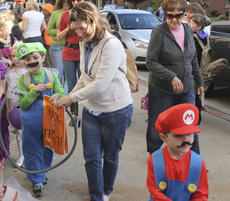 """<div class=""""source"""">Photo by Brandon Mattingly</div><div class=""""image-desc"""">Mario (Matt Taylor, 4) and Luigi (Alex Taylor, 7), sons of Paul and Amy Taylor of Springfield, scooped up candy like they were gold coins on Friday.</div><div class=""""buy-pic""""><a href=""""http://web2.lcni5.com/cgi-bin/c2newbuyphoto.cgi?pub=023&orig=img_2782-1.jpg"""" target=""""_new"""">Buy this photo</a></div>"""