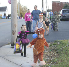 """<div class=""""source"""">Photo by Brandon Mattingly</div><div class=""""image-desc"""">The kids were out and ready for trick or treating in Willisburg after the event was put on hold until Friday night due to weather.</div><div class=""""buy-pic""""><a href=""""http://web2.lcni5.com/cgi-bin/c2newbuyphoto.cgi?pub=023&orig=img_2795-1.jpg"""" target=""""_new"""">Buy this photo</a></div>"""