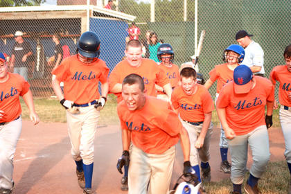 Mets' players celebrated after beating the Yankees 11-10 in eight innings at Idle Hour Park.