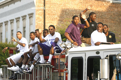 The St. Catharine College mens' basketball team made an appearance downtown.
