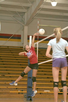"<div class=""source"">Jimmie Earls</div><div class=""image-desc"">Olivia Taylor, left, gets ready to spike the ball as setter Emily White watches.</div><div class=""buy-pic""><a href=""http://web2.lcni5.com/cgi-bin/c2newbuyphoto.cgi?pub=023&orig=web_oliviataylor.jpg"" target=""_new"">Buy this photo</a></div>"